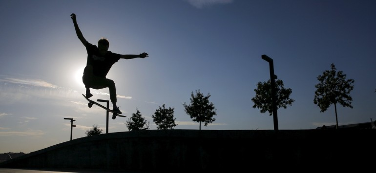 A man skateboards in the evening at the Krymskaya (Crimean) embankment in central Moscow, Russia, September 21, 2015. REUTERS/Maxim Shemetov - RTX1RRV6